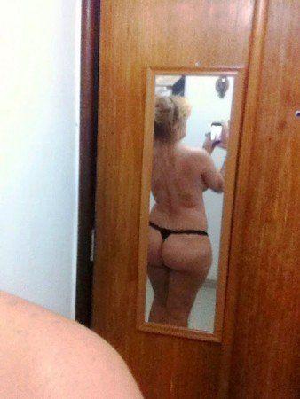 coroa gostosa solteira pelada no espelho (6)