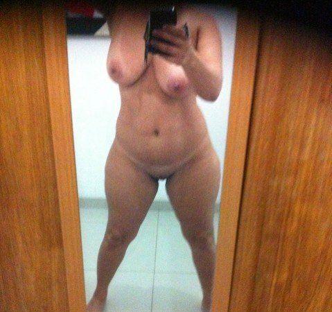 coroa gostosa solteira pelada no espelho (9)