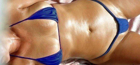 Esposa gostosa de biquíni na praia