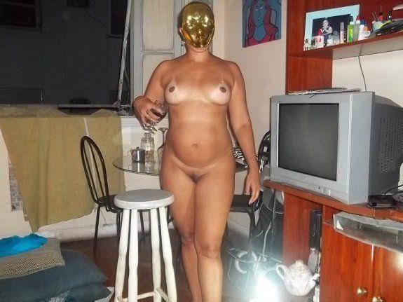 Casada mascarada nua em casa