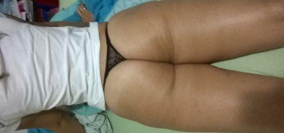 Esposa rabuda exibindo o cu