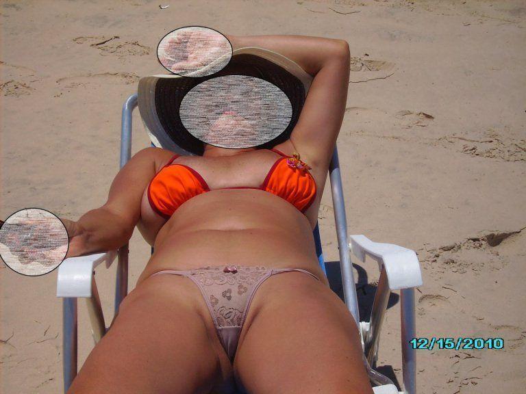 Casada gostosa  de calcinha na praia (2)