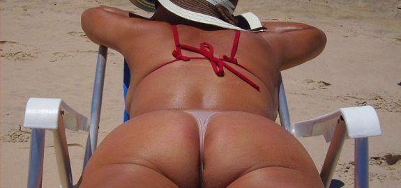 Casada gostosa de calcinha na praia