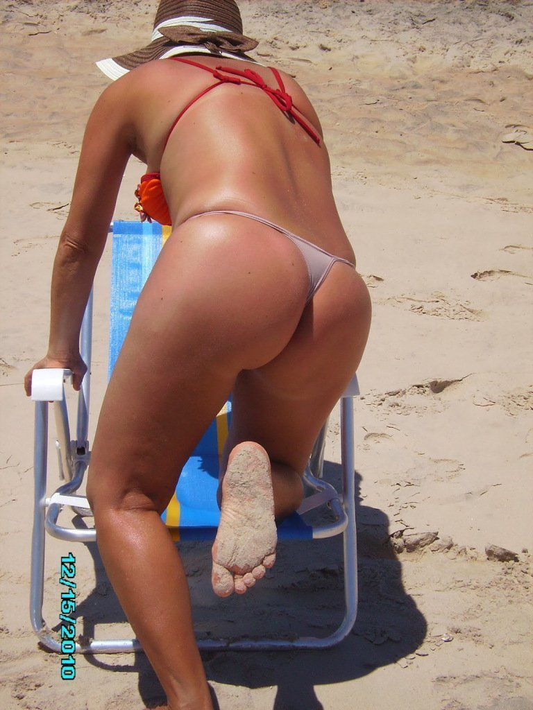 Casada gostosa  de calcinha na praia (9)