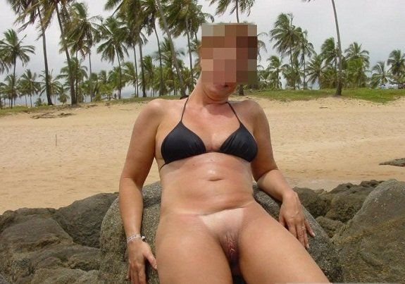 Coroa gostosa de biquíni na praia