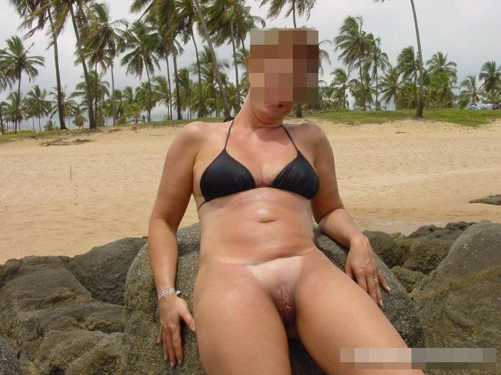 Coroa gostosa de biquini na praia (11)