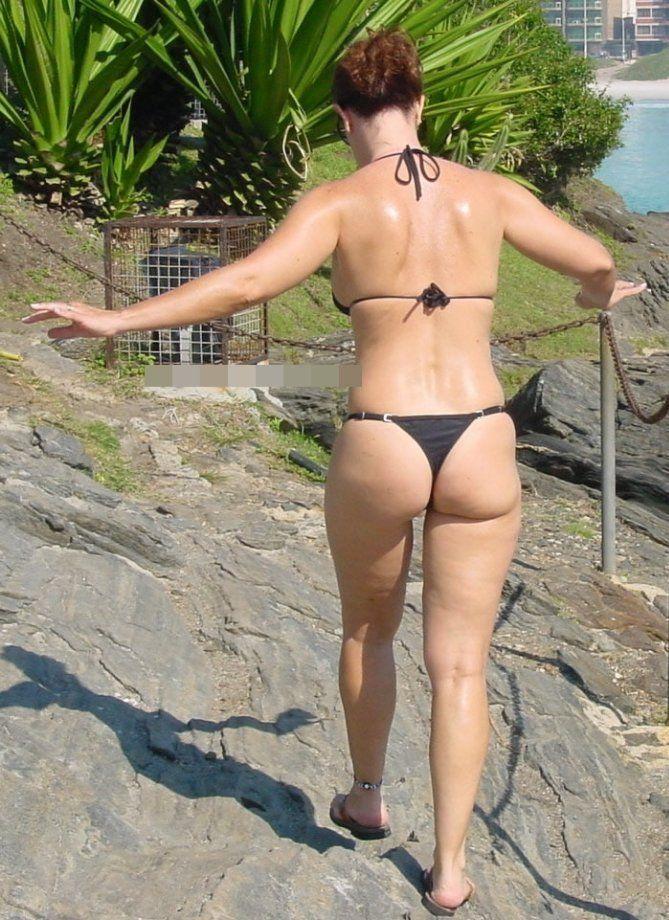 Coroa gostosa de biquini na praia (2)