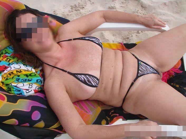 Coroa gostosa de biquini na praia (6)