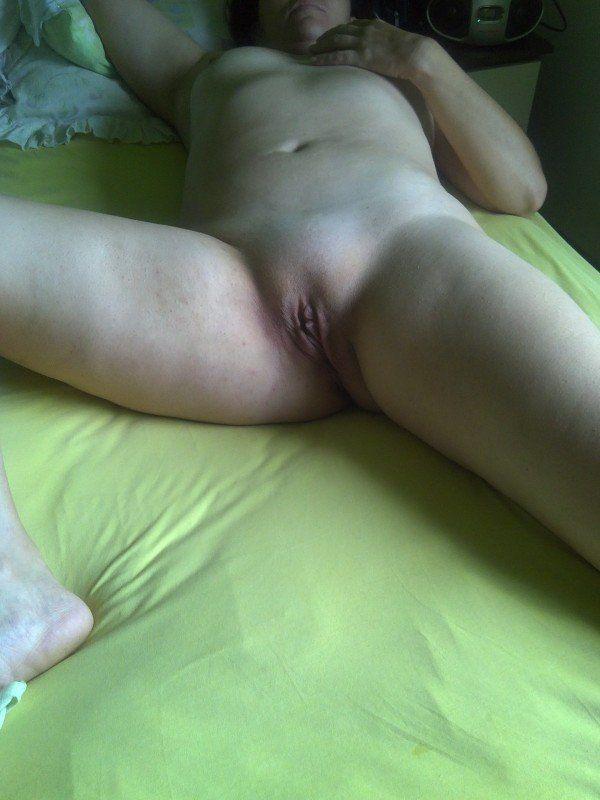 Esposa pelada em cima da cama (2)