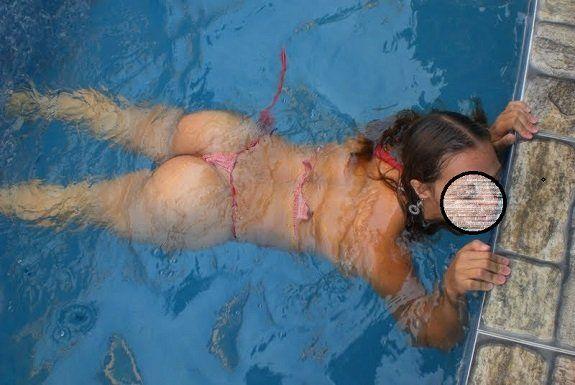 Esposa na piscina na casa do comedor