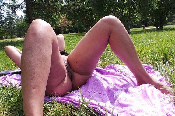 Esposa bucetuda exibicionista sem calcinha