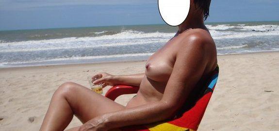 Casada pelada na praia de nudismo