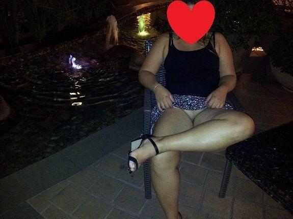 Esposa de sainha sem calcinha na rua