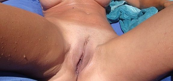 Tomando sol pelada no quintal
