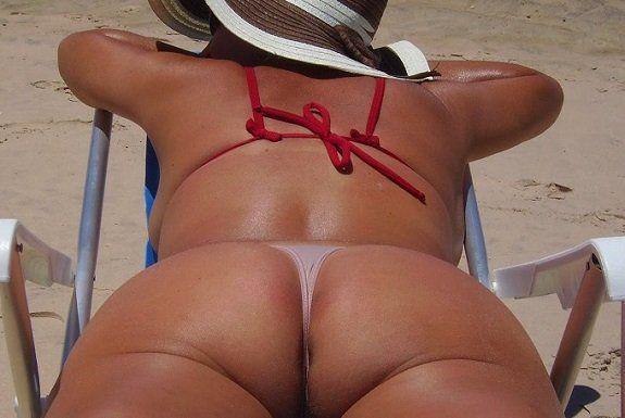 Coroa gostosa de calcinha na praia