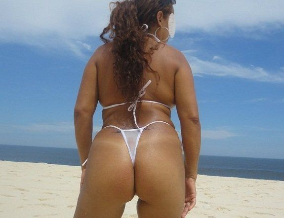 Esposa exibicionista na praia de fio dental