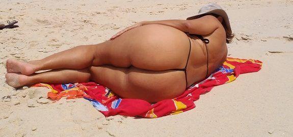 Coroa gostosa de biquíni fio dental na praia