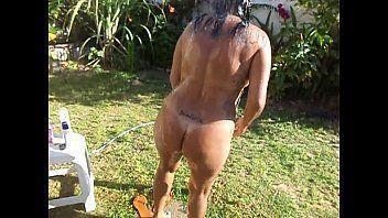 Coroa pelada no quintal pagando boquete