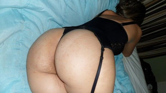 Esposa de lingerie quer homens solteiros