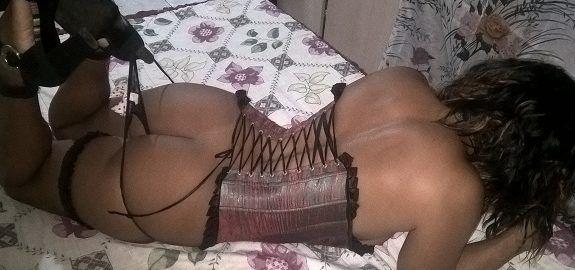 Minha esposa morena sensualizando de lingerie
