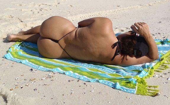 Thais Facinha de fio dental preto na praia