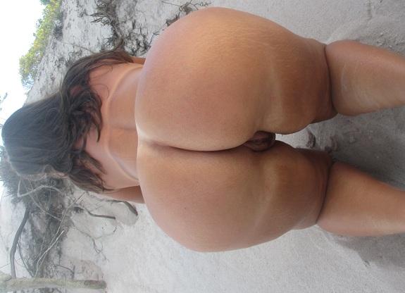 Coroa bunduda tesuda pelada na praia deserta