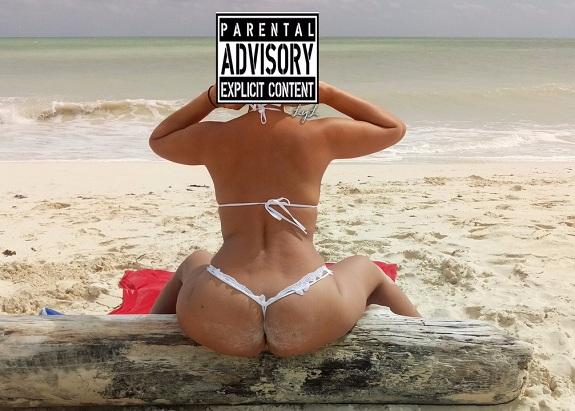 Esposa puta e safada de calcinha e sutiã na praia