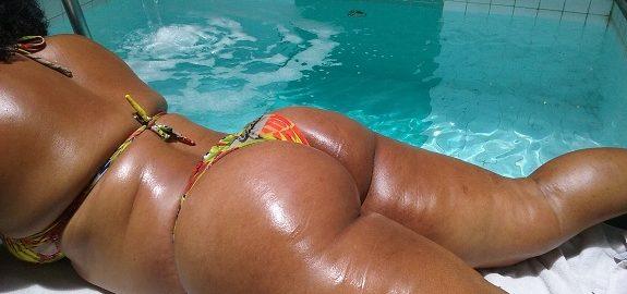 Esposa 42 anos  muito rabuda tomando um sol