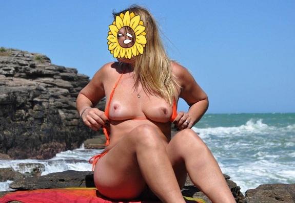 Magrinha casada gostosa pelada na praia deserta