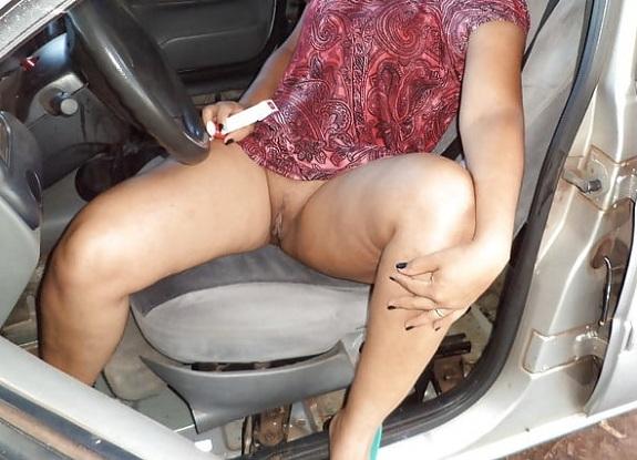 Esposa safada no carro sem calcinha