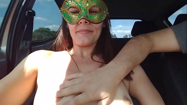 Raquel semi nua no carro cheia de tesão