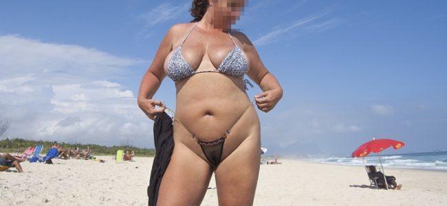 Gordinha gostosa de fio dental na praia