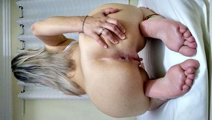 Loira gostosa mostrando o cu no motel