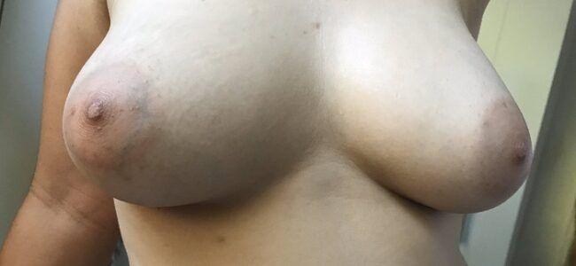 Mulher de corno dos peitos deliciosos