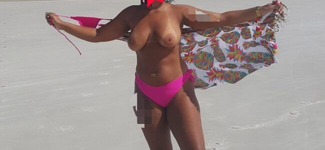 Morena gostosa quase toda pelada na praia