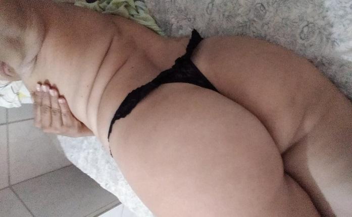 Selfies da coroa pelada na cama