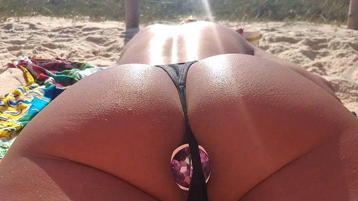 Loira pegando aquele bronzeada na praia