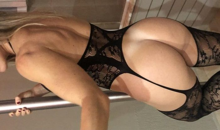 Loira no motel de lingerie preta