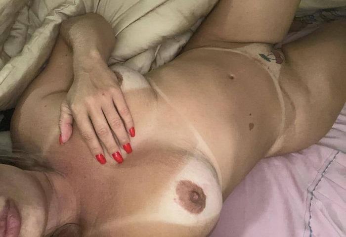 Corno mostrando a esposa pelada