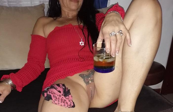 Coroa gostosa tatuada na buceta