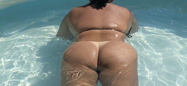 Esposa pelada na piscina do motel