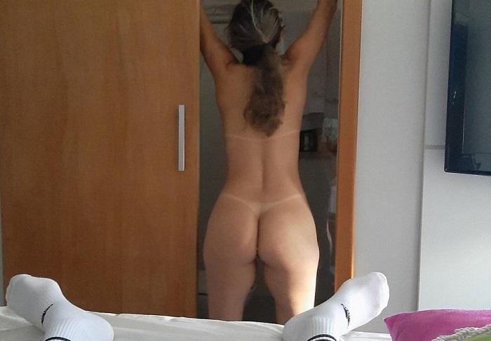 Dona de casa gostosa se exibindo pelada