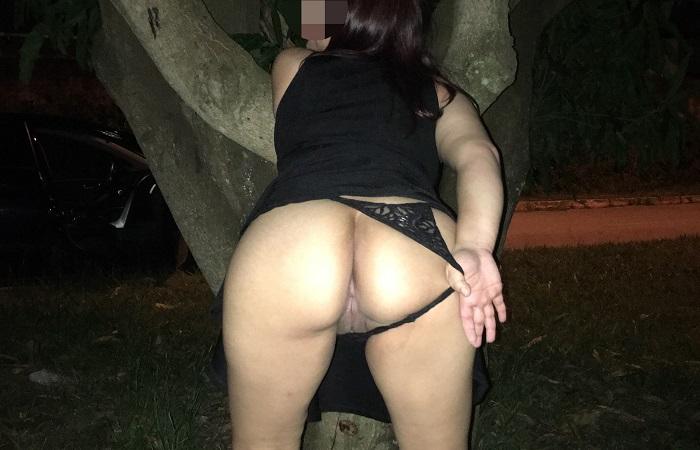 Esposa perdendo a timidez nas ruas a noite