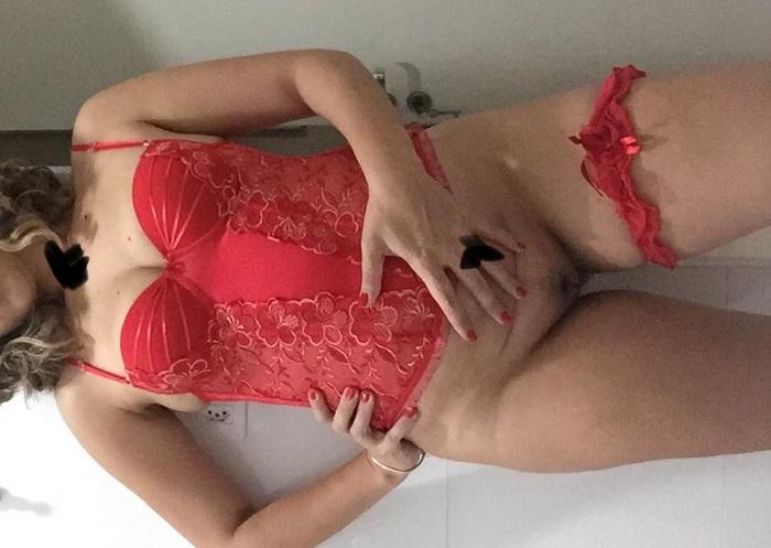Coroa gostosa de lingerie e sem calcinha
