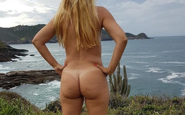 Loira dando show pelada na praia