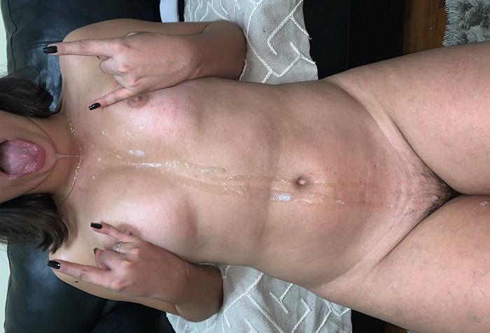 Esposa novinha de corno banhada a porra